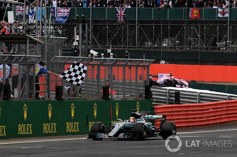 Il vincitore della gara Lewis Hamilton, Mercedes-Benz F1 W08 prende la bandiera a scacchi