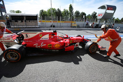 Sebastian Vettel, Ferrari SF70H, regresa empujado por oficiales en pista