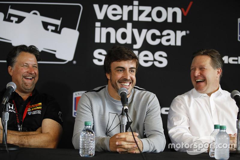 Michael Andretti, dueño de Andretti Autosport, Fernando Alonso y Zak Brown en la conferencia de prensa