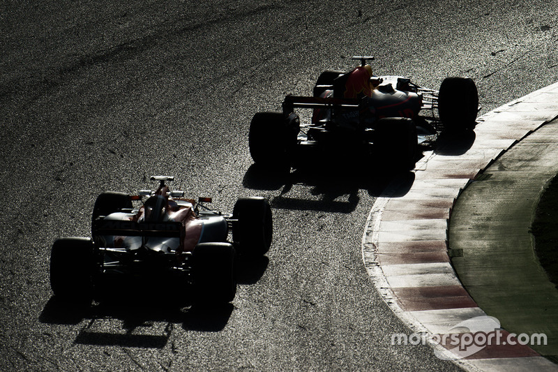 Daniel Ricciardo, Red Bull Racing RB13 leads Stoffel Vandoorne, McLaren MCL32