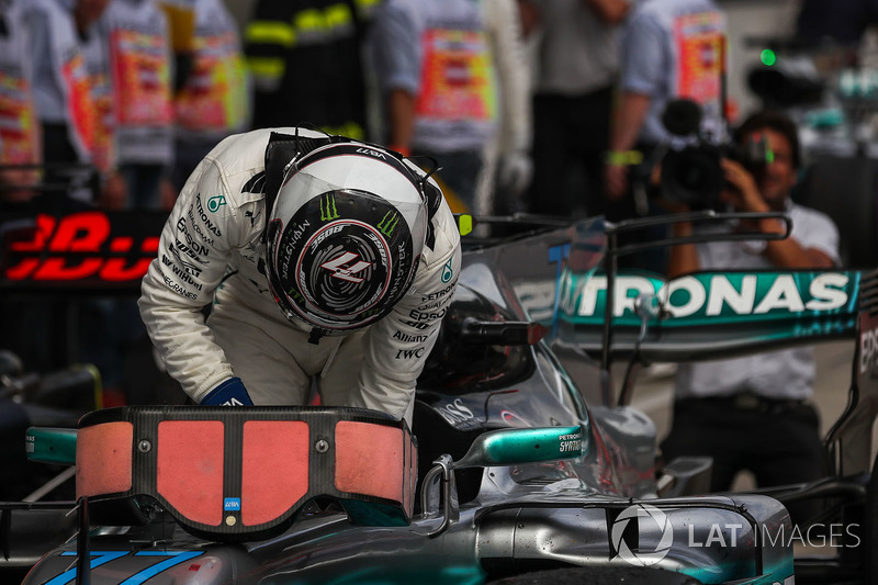 Переможець гонки Валттері Боттас, Mercedes AMG F1 F1 W08, святкує перемогу в закритому парку