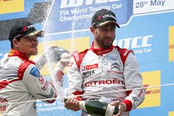 Подиум первой гонки: второе место - Норберт Михелиц, Honda Racing Team JAS, Honda Civic WTCC и победитель - Хосе-Мария Лопес, Citroën World Touring Car Team, Citroën C-Elysée WTCC