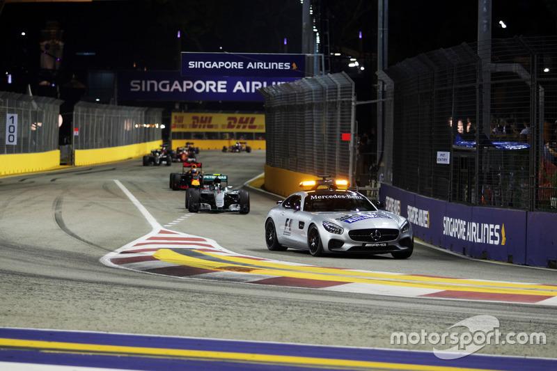 Nico Rosberg, Mercedes AMG F1 W07, conduce detrás del coche de seguridad FIA