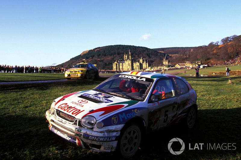El Toyota Corolla de Carlos Sainz, Luis Moya después de fallar por yardas en la línea de llegada en el parque de Margam, perdiendo Sainz y Moya el Campeonato mundial de Rally de 1998