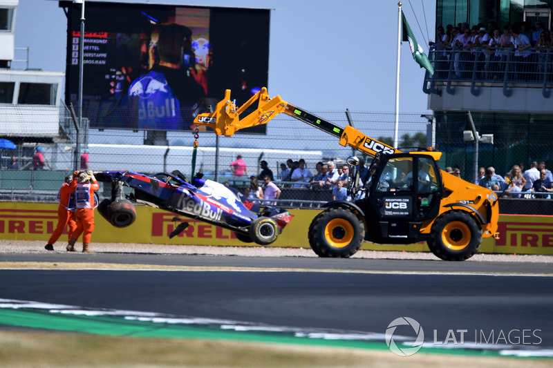 Эвакуация разбитого в аварии автомобиля Scuderia Toro Rosso STR13 Брендона Хартли