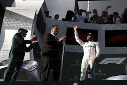 Lewis Hamilton, Mercedes-AMG F1, sur le podium