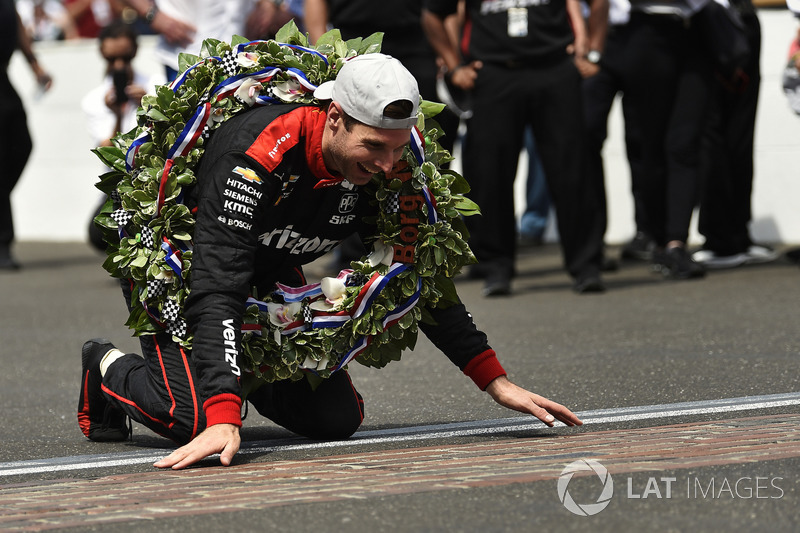 Will Power, Team Penske Chevrolet festeggia la vittoria dando un bacio alla iarda di mattoni