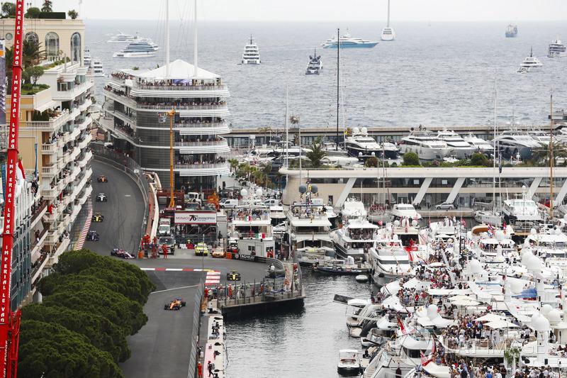 Fernando Alonso, McLaren MCL33, precede Carlos Sainz Jr., Renault Sport F1 Team R.S. 18 e un filotto di monoposto alla chicane