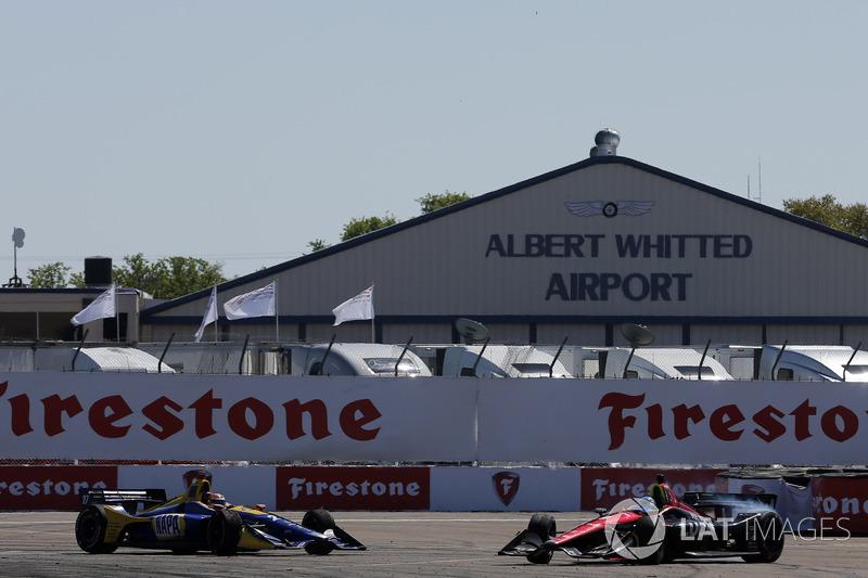 Robert Wickens, Schmidt Peterson Motorsports Honda and Alexander Rossi, Andretti Autosport Honda chocan en la curva 1