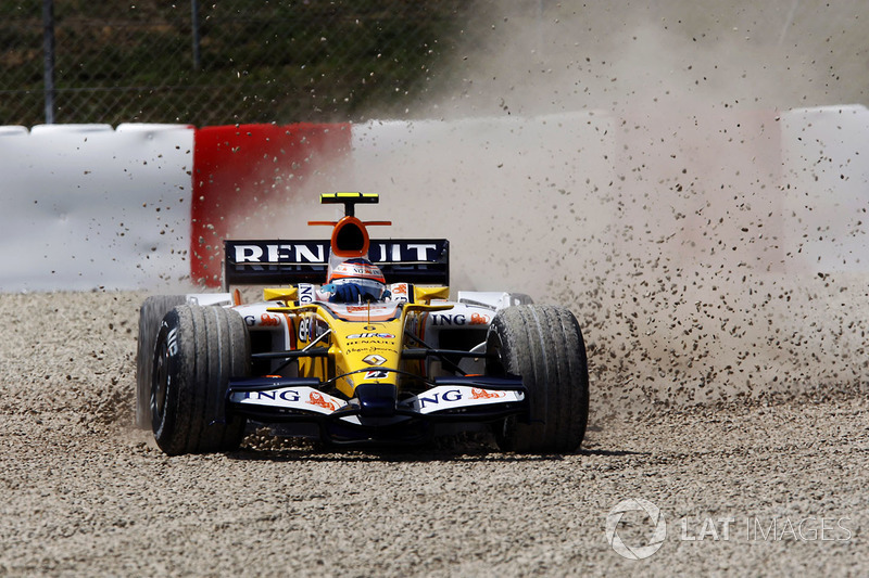 Nelson Piquet Jr, Renault R28 slides into the gravel early in the race