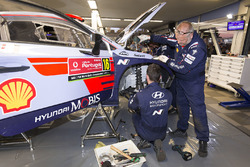 Hyundai Motorsport mechanic at work