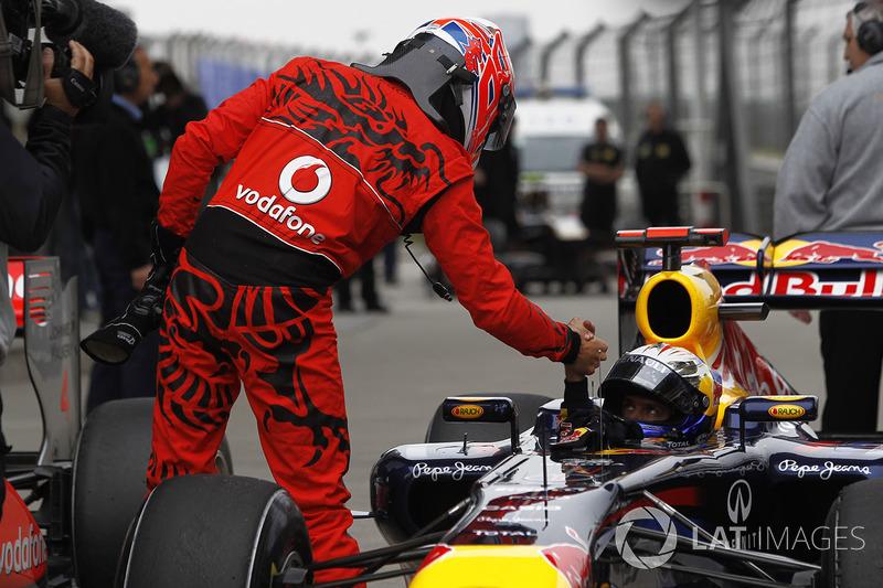 Jenson Button, McLaren, felicita a Sebastian Vettel, Red Bull Racing RB7 Renault