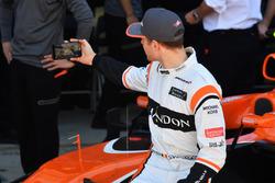 Stoffel Vandoorne, McLaren selfie at the McLaren Team photo