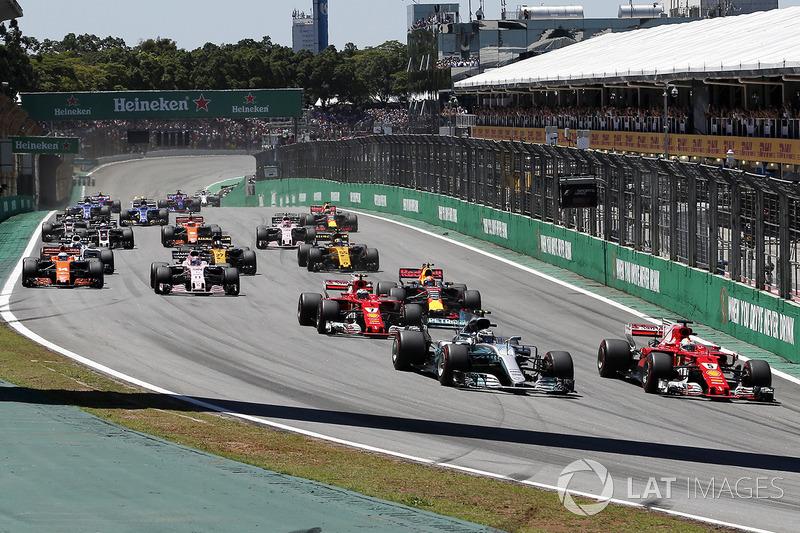 Valtteri Bottas, Mercedes-Benz F1 W08  en Sebastian Vettel, Ferrari SF70H in gevecht