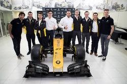 Carlos Sainz, Nico Hulkenberg, Renault Sport F1 Team, avec des membres de l'Académie d'ingénierie INFINITI