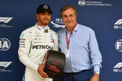 Il poleman Lewis Hamilton, Mercedes-AMG F1 riceve il Pirelli Pole Position Award da Carlos Sainz