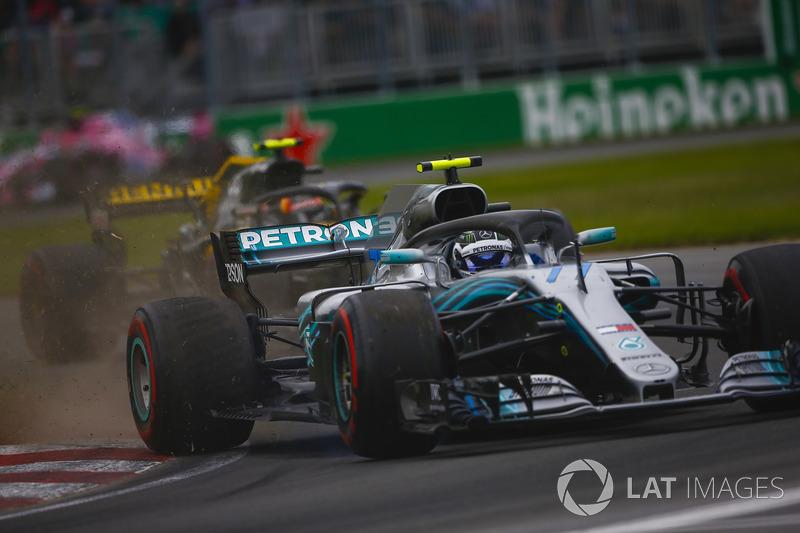 Valtteri Bottas, Mercedes AMG F1 W09, envoie de la poussière devant Max Verstappen, Red Bull Racing RB14