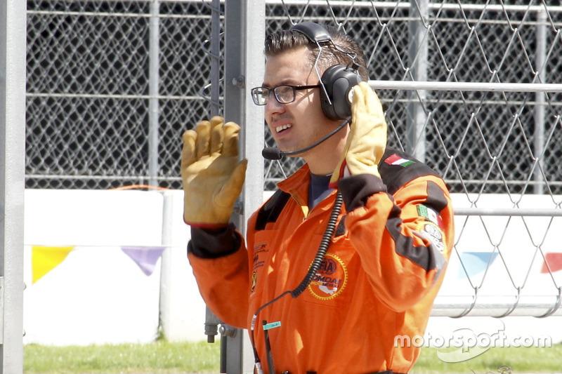Oficiales de pista practican en un ensayo previo al GP de México