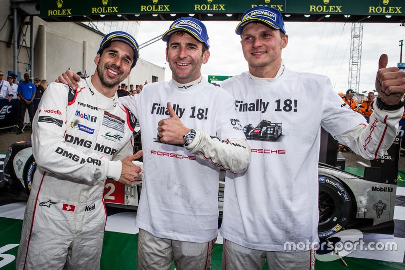 Ganadores #2 Porsche Team Porsche 919 Hybrid: Neel Jani, Romain Dumas, Marc Lieb celebra