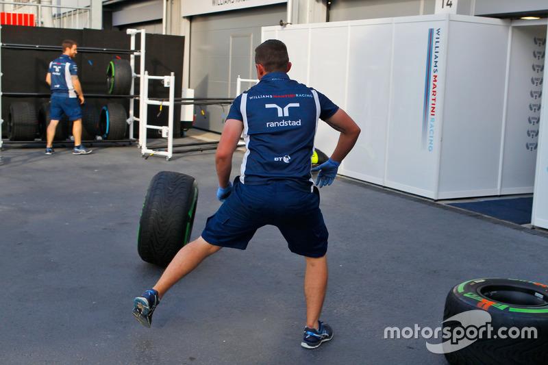 Mecánicos con llantas Pirelli de Williams