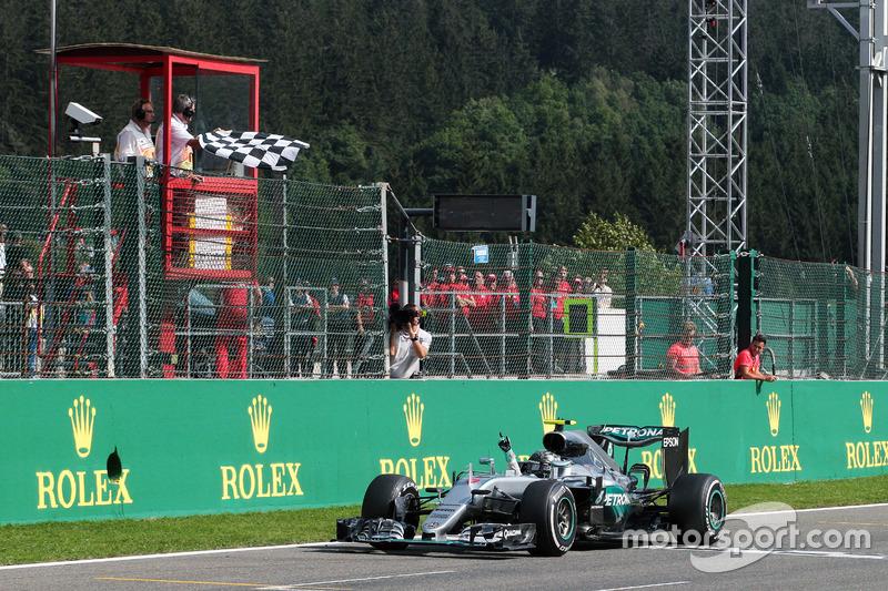 Il vincitore della gara Nico Rosberg, Mercedes AMG F1 W07 Hybrid festeggia mentre prende la bandiera a scacchi alla fine della gara