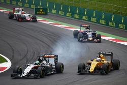 Nico Hulkenberg, Sahara Force India F1 VJM09 y Kevin Magnussen, Renault Sport F1 Team RS16