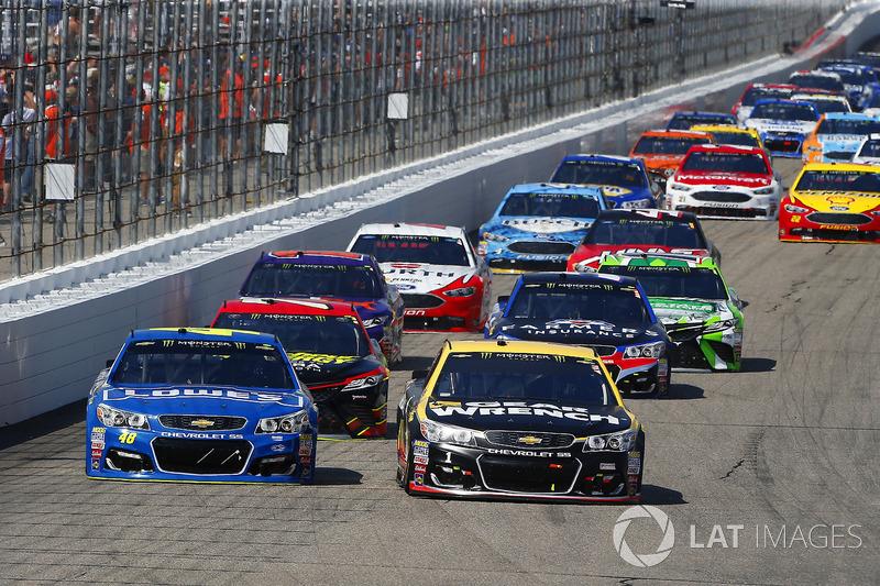 Jimmie Johnson, Hendrick Motorsports Chevrolet, Jamie McMurray, Chip Ganassi Racing Chevrolet