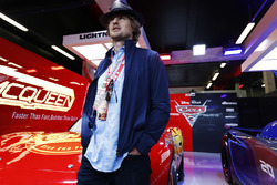 Actor Owen Wilson en el garaje promocional de Cars 3