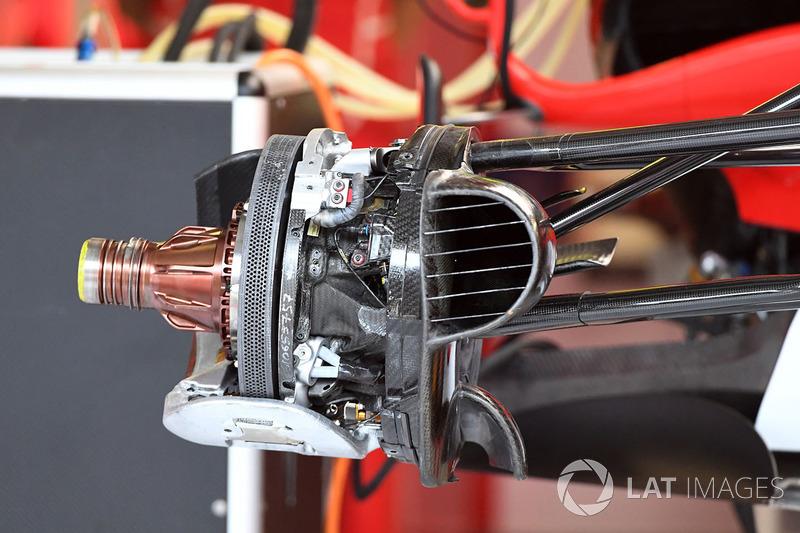 Un frein avant et un moyeu de roue de la Ferrari SF70-H