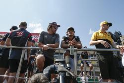Fernando Alonso, McLaren, Carlos Sainz Jr., Scuderia Toro Rosso