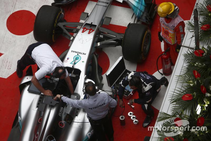 Arbeiten am Auto von Lewis Hamilton, Mercedes AMG F1 W08, im Parc Ferme nach dem Rennen