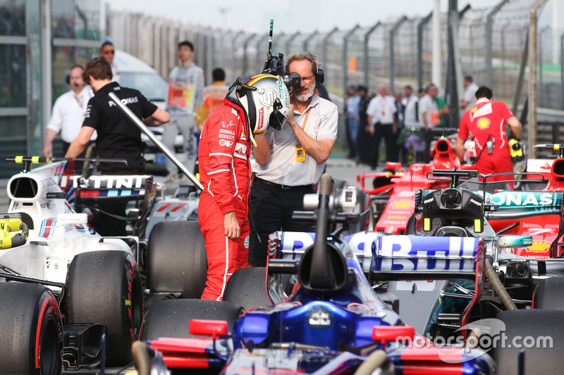 Sebastian Vettel, Ferrari; betrachtet das Auto von Lewis Hamilton, Mercedes AMG F1 W08; im Parc Ferme