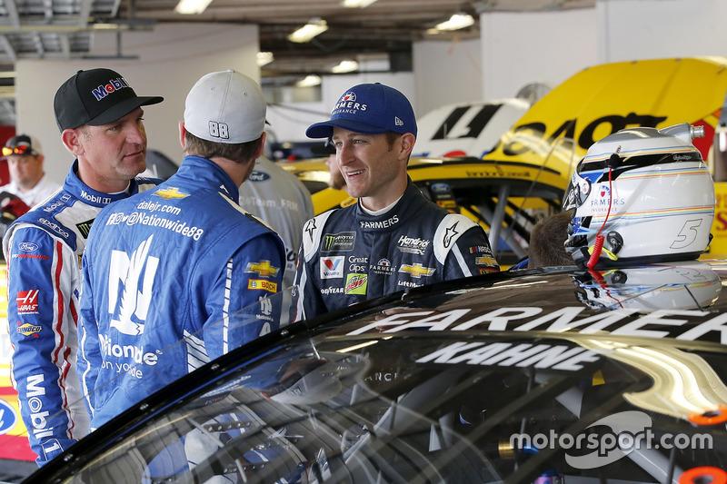 Clint Bowyer, Stewart-Haas Racing Ford, Dale Earnhardt Jr., Hendrick Motorsports Chevrolet, Kasey Ka