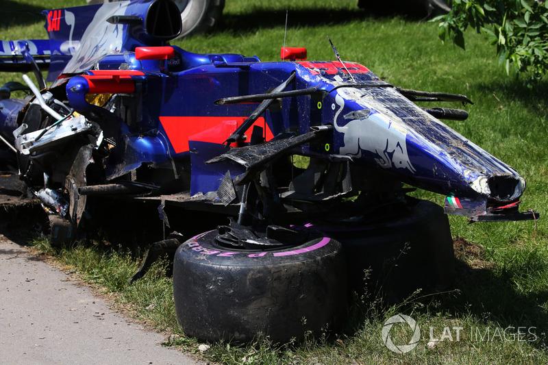 Разбитый автомобиль Карлоса Сайнса после столкновения с Фелипе Массой на Гран При Канады