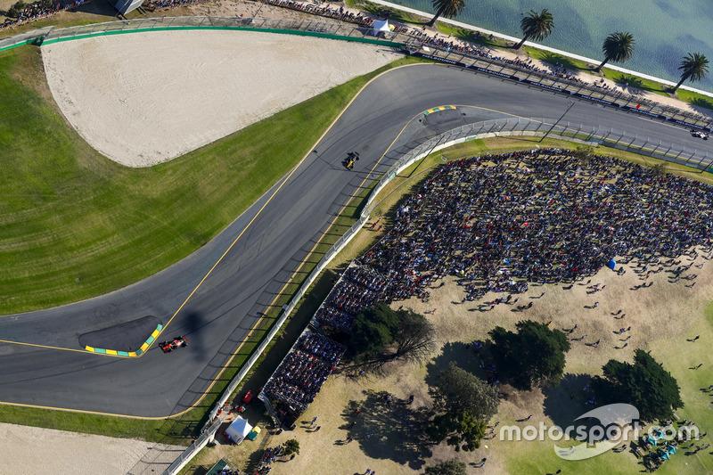Fernando Alonso, McLaren, MCL32; Nico Hülkenberg, Renault Sport F1 Team, RS17