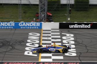 Alexander Rossi, Andretti Autosport Honda, passe sous le drapeau à damier
