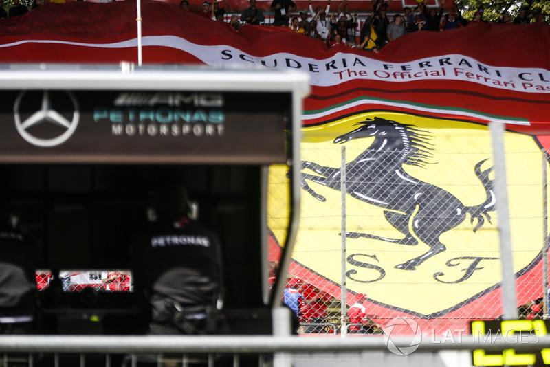 Bandera de Ferrari detrás del muro de boxes de Mercedes