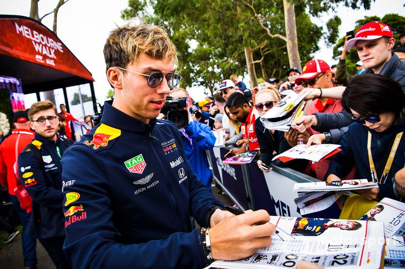 Pierre Gasly, Red Bull Racing, firma autografi per i tifosi