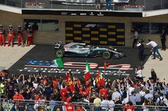 Lewis Hamilton, Mercedes AMG F1 W09 EQ Power+, nel parco chiuso