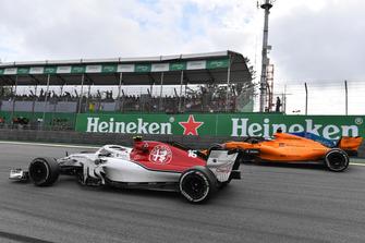 Charles Leclerc, Sauber C37 en Fernando Alonso, McLaren MCL33