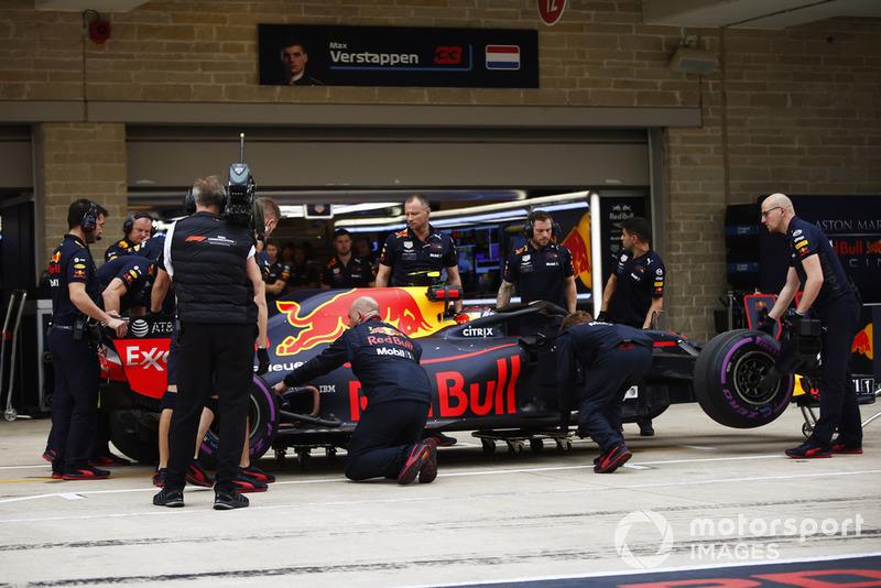Les mécaniciens inspectent la voiture de Max Verstappen, Red Bull Racing RB14, après sa rupture de suspension