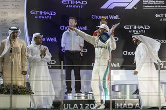 Lewis Hamilton, Mercedes AMG F1, fête sa victoire sur le podium avec le trophée