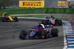 Brendon Hartley, Toro Rosso STR13, delante de Romain Grosjean, Haas F1 Team VF-18, y Carlos Sainz Jr., Renault Sport F1 Team R.S. 18