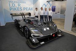 Francois-Xavier Demaison, Sven Smeets, Director de Volkswagen Motorsport, Jochi Kleint, Florian Urbitsch con el Volkswagen I.D. R Pikes Peak