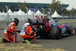 Race marshals recover the car of race retiree Brendon Hartley, Scuderia Toro Rosso STR12 after stopping on track with engine failure