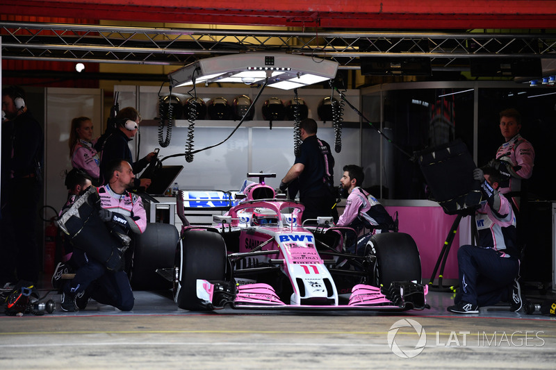 Sergio Pérez, Force India VJM11 en el garaje