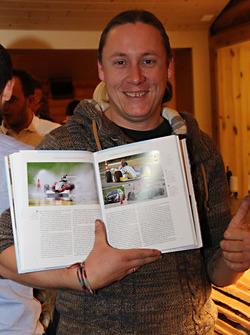 """Der Slalomist Daniel Kammer posiert mit """"Rennsport Schweiz"""" 2017"""