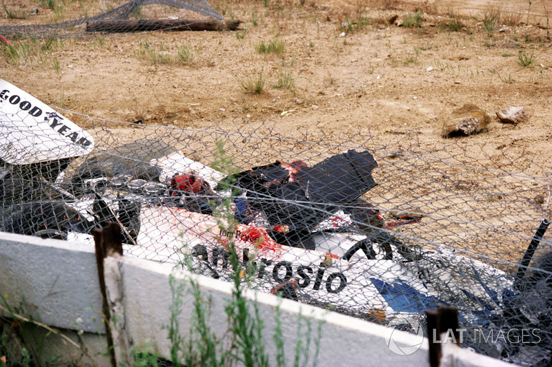 El Shadow DN8 de Tom Pryce en la esquina de Crowthorne después de un trágico accidente fatal