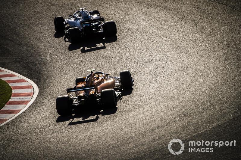 Lance Stroll, Williams FW41, y Stoffel Vandoorne, McLaren MCL33
