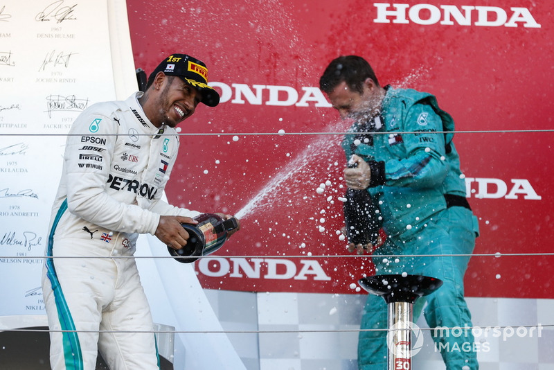 Lewis Hamilton, Mercedes AMG F1, con el champagne